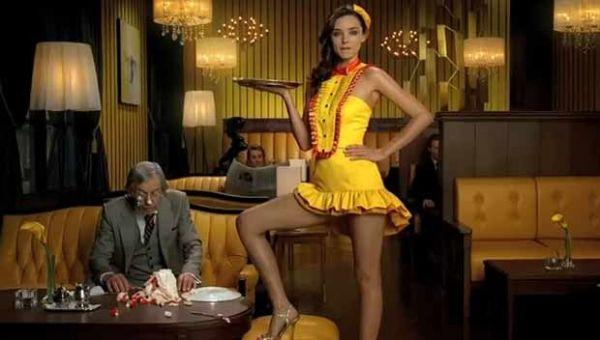 Miranda Kerr se veste de garçonete sexy para anúncio japonês