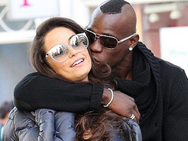 Balotelli consegue perdão da namorada após ida a casa de strip
