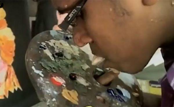 Artista indiano faz sucesso ao usar a língua para pintar quadros