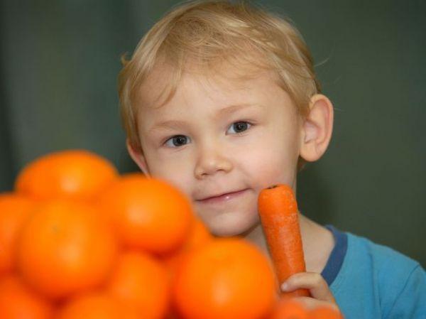 Com doença rara, menino de 3 anos fica laranja ao comer cenouras