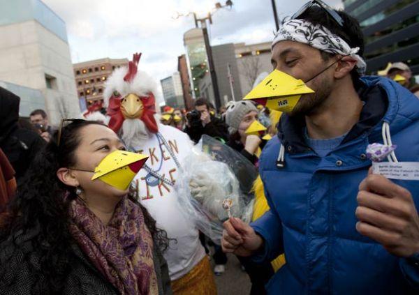 Americanos batem recorde de multidão vestindo bicos de galinha