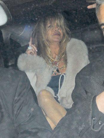 Após open bar, atriz cai e precisa de ajuda para entrar no carro