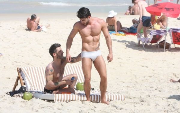 Marc Jacobs ganha massagem e beijos do namorado em praia