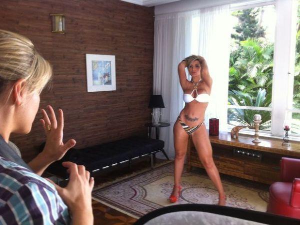 Andressa Urach mostra as curvas em editorial de biquíni
