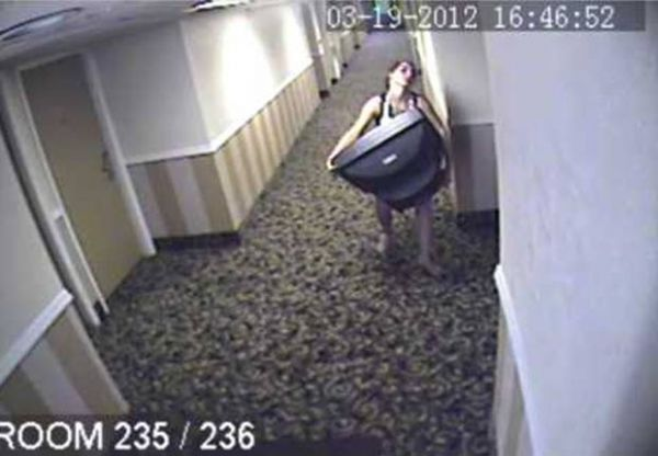 Câmeras flagram mulher furtando aparelho de TV em Hotel nos EUA