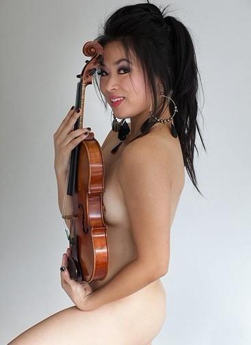 Chinês corre risco de perder o emprego por filha ter posado nua só com um violino