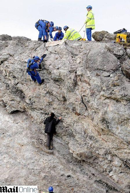 Adolescente fica preso em rocha na Inglaterra a 9 metros de altura por 40 minutos