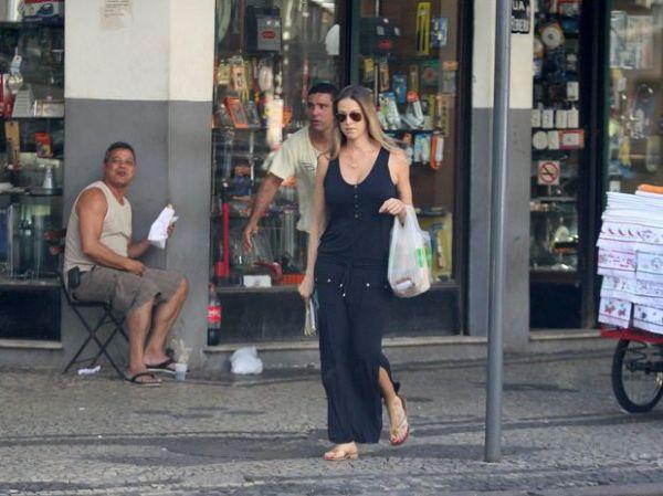Após dar à luz, Luana Piovani exibe boa forma em passeio