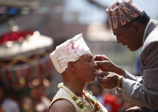 Nepalês faz piercing na língua