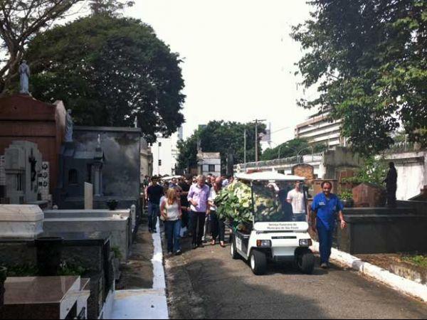 Brasileiro morto na Austrália enterrado em sob salva de palmas