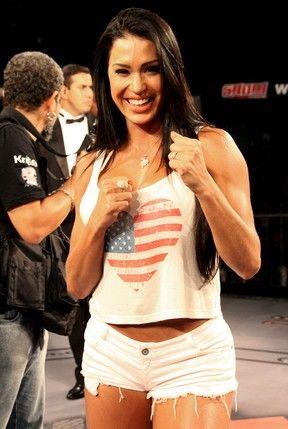 Nocaute! Gracyanne Barbosa usa short curtinho em competição de MMA