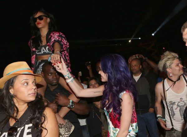 Rihanna fuma cigarrinho suspeito em festival de música nos Estados Unidos