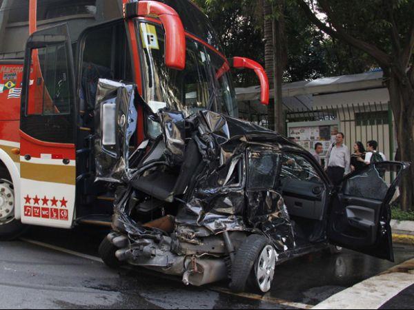 Acidente com 7 carros e 1 ônibus deixa 2 feridos; veja foto!