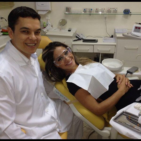 Mayra Cardi posa no dentista: