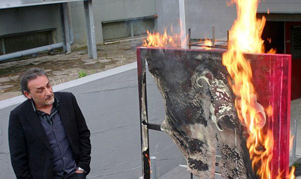 Museu italiano coloca fogo em obras de arte em protesto