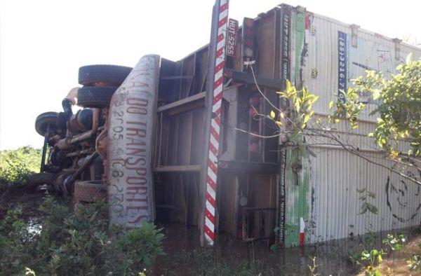 Caminhão baú carregado de produtos tomba na PI-113
