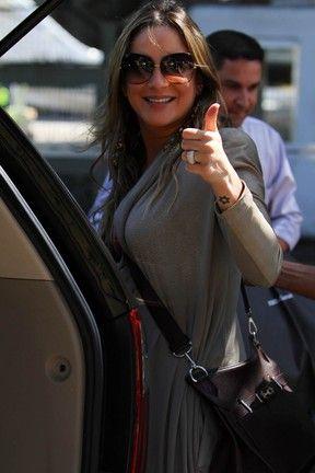 Com barriguinha saliente, Claudia Leitte manda beijo ao chegar ao Rio; veja fotos