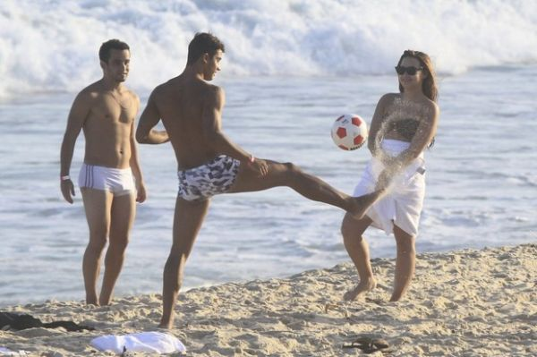 Demi Lovato aparece mais magra na praia no Rio; fotos