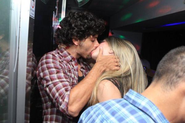 Jesus Luz troca beijos