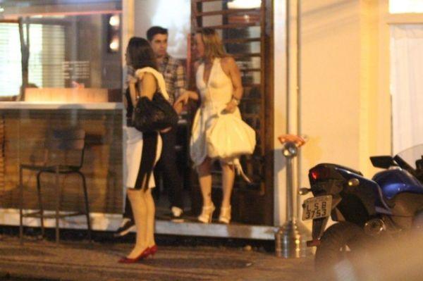 Claudia Raia janta com o namorado no Rio