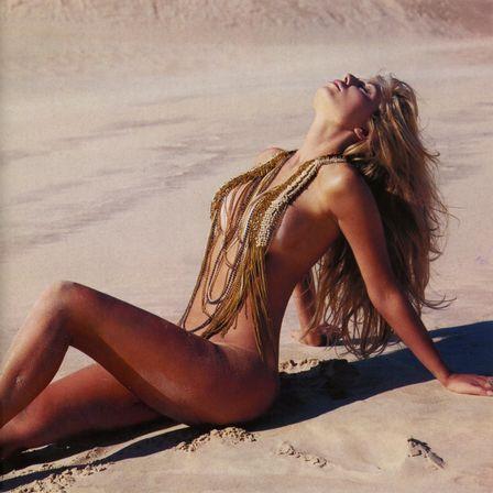 Caroline Bittencourt posa quase nua para revista sexy; fotos!