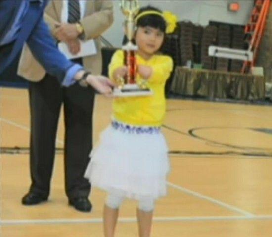 Menina sem mãos ganha concurso de caligrafia nos EUA