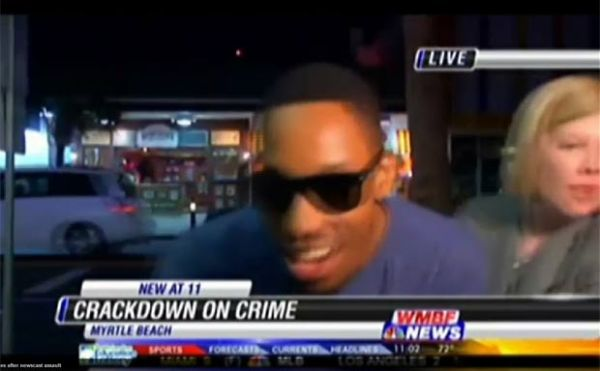 EUA: Jovem é preso ao empurrar repórter e falar palavrões em TV