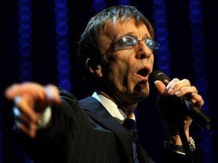Robin Gibb de 62 anos, vocalista do Bee Gees, sai do coma