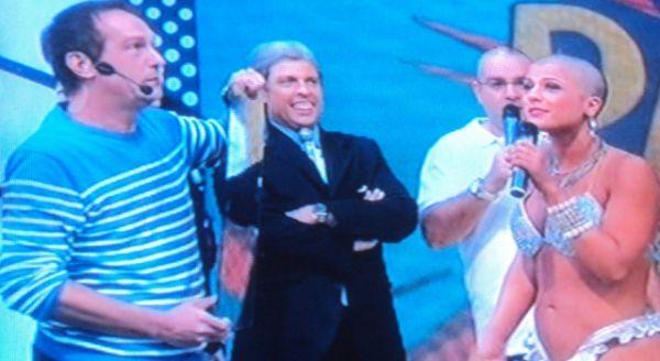 Babi Rossi raspa a cabeça no programa