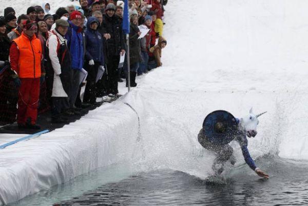 Fantasiados, esquiadores tentam atravessar