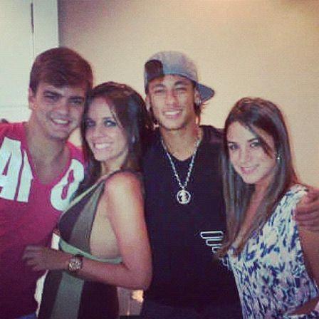 Neymar posta foto coladinho com morena em balada e se declara: ?Te Amodoro Lu?
