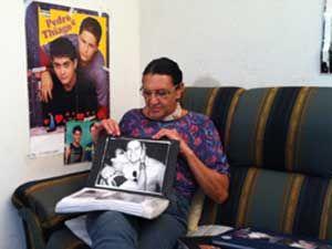 Tatuada, fã de 64 anos reza por saúde do cantor Pedro