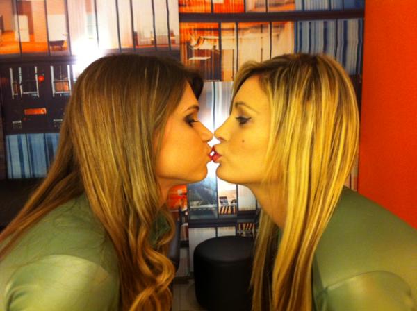 Andressa Urach beija candidata do concurso