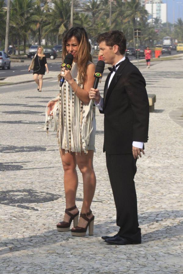 De vestidinho, Sabrina Sato é cercada por fãs ao gravar na orla do Rio; fotos