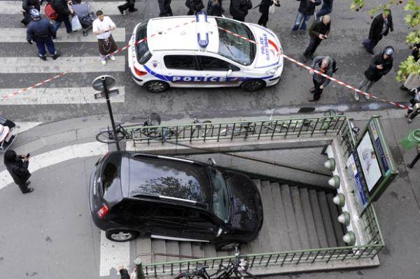Motorista acha que é estacionamento e desce escada de metrô de Paris