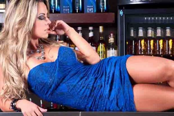 Dançarina do Faustão faz ensaio sexy em bar