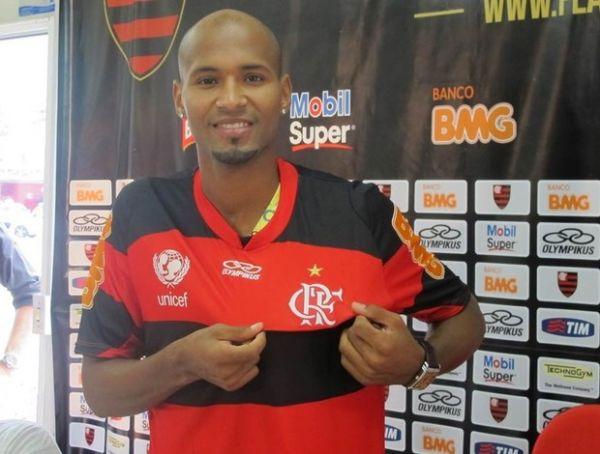 Flamengo apresenta Wellington Silva, novo lateral direito