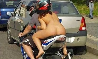 Motociclista é multado por levar mulher nua sem capacete na garupa