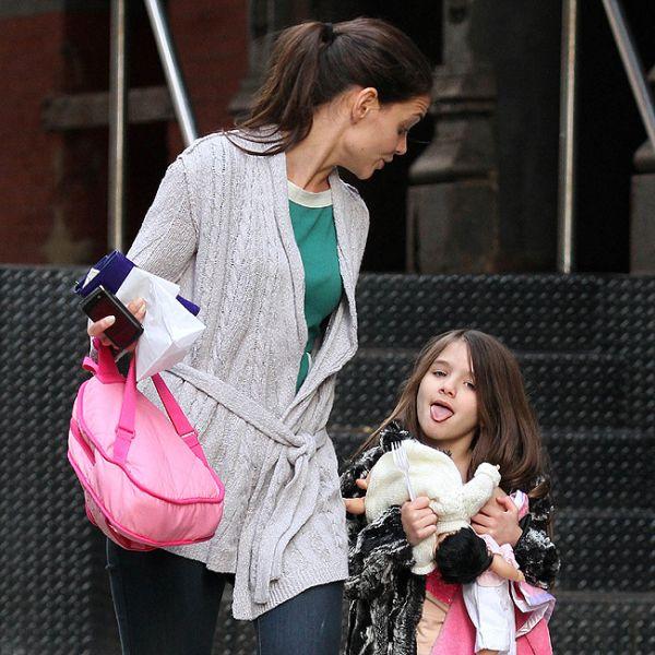 Suri Cruise mostra a língua e leva bronca da mãe, Katie Holmes