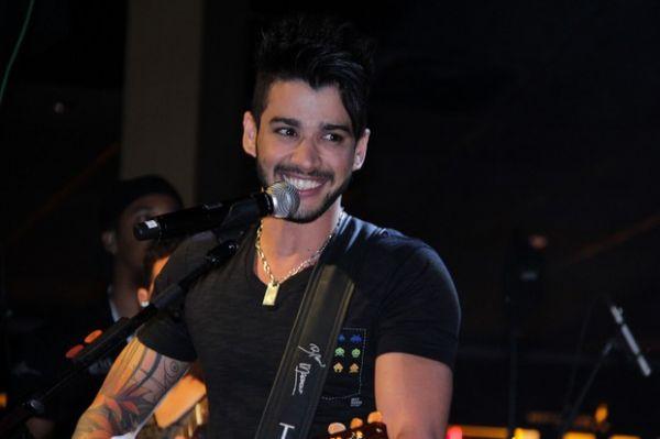 Cantor Luan Santana Curte show ao lado da Panicat Carol Belli