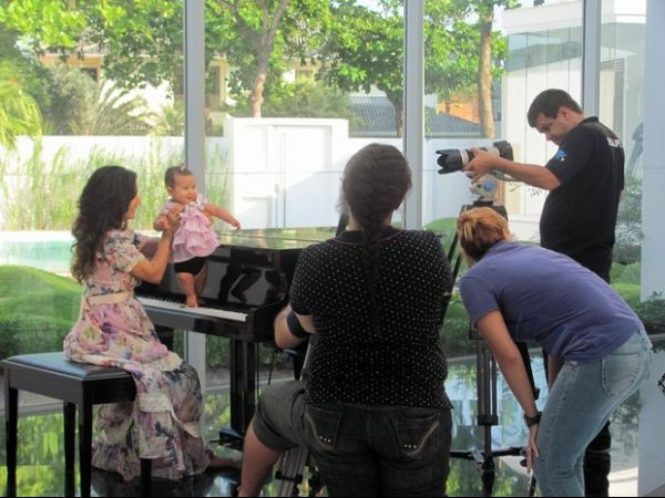 Cantora Aline Barros grava clipe do dias das mães com os filhos