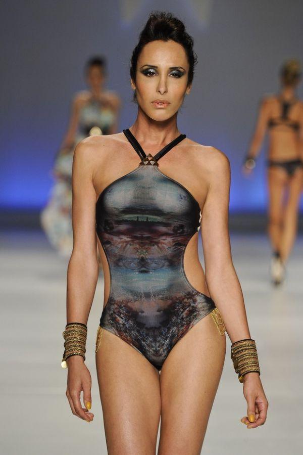 Modelo transexual exibes suas novas próteses em desfile de maiô;