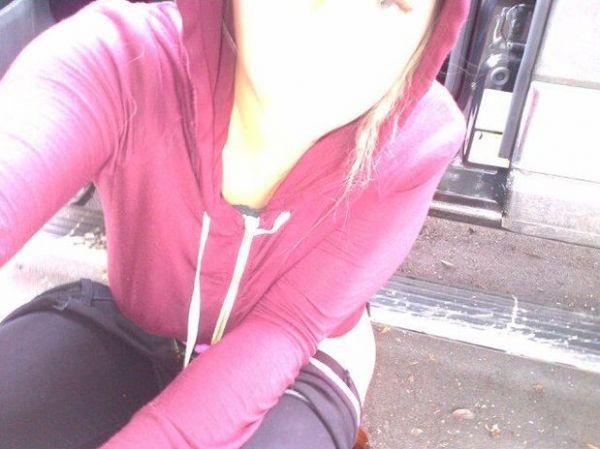 No Twitter, Kesha posta foto em que aparece fazendo xixi na rua