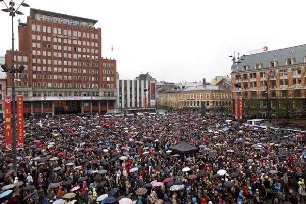 Noruega: Cerca 40 mil pessoas realizam protesto contra atirador