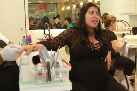 Priscila põe até cílios postiços para dar à luz: