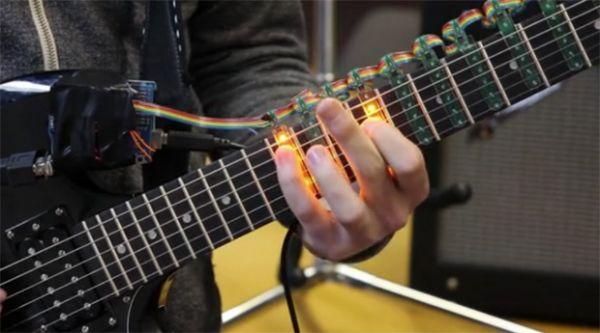 Projeto utiliza LEDs em guitarras para ensinar novos músicos