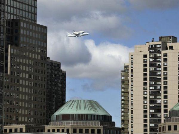 Acoplado a um Boeing 747, ônibus espacial é saudado ao chegar em NY