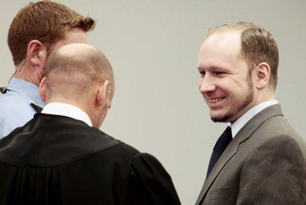 Atirador da Noruega não mostra emoção ao ouvir sobreviventes em júri