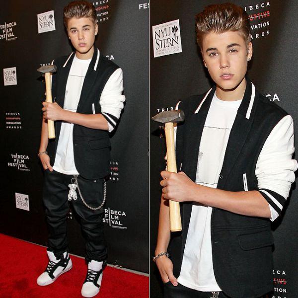 Justin Bieber usa óculos chamativo e topetão ao receber prêmio