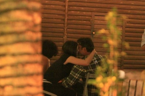 Marcos Pasquim é flagrado aos beijos com morena misteriosa